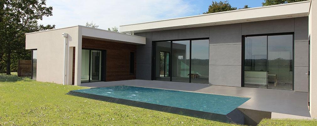 Maison contemporaine à toits terrasses avec un mix béton