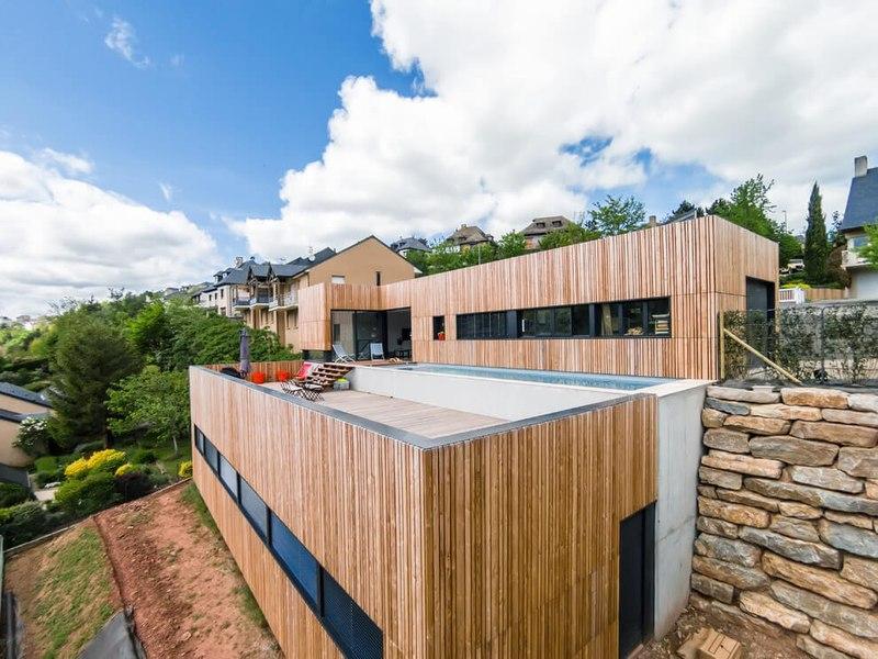 Maison en bois contemporaine avec piscine en toit terrasse