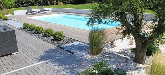 Piscine avec abords en bois et jardin minéral dans Bassins