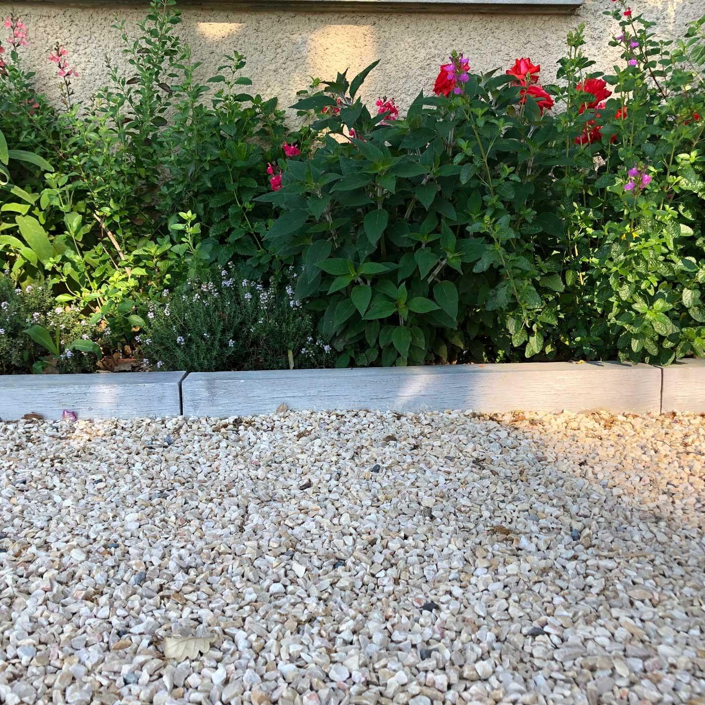 Bordure De Jardin En Pierre Reconstituée Poutre Bois Blanchi ... concernant Bordure De Jardin En Pierre