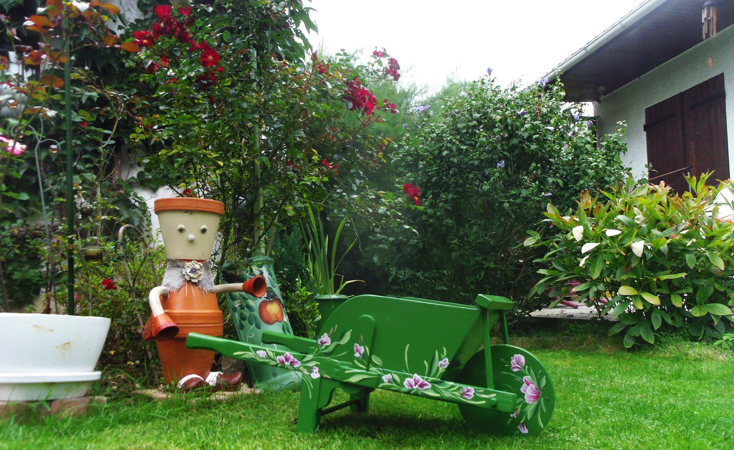 Brouette Décorative Pour Le Jardin Ou La Maison Peinte À La ... dedans Brouette Deco Jardin