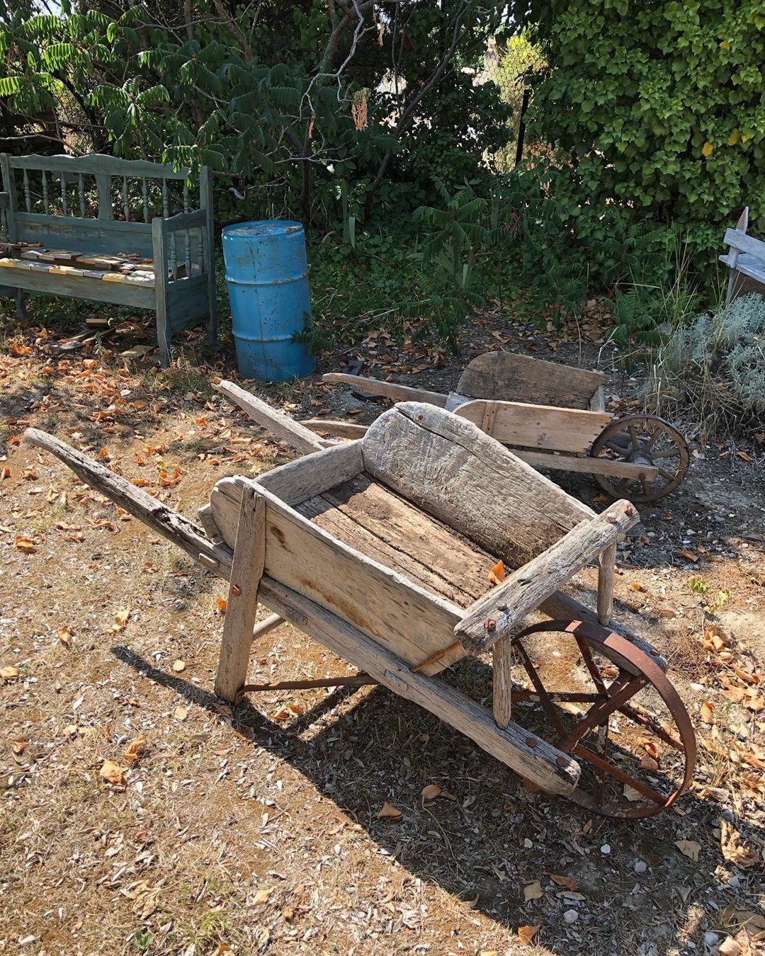 Brouette En Bois Ancienne Disponible À Lisle Sur La Sorgue ... pour Brouette Deco Jardin