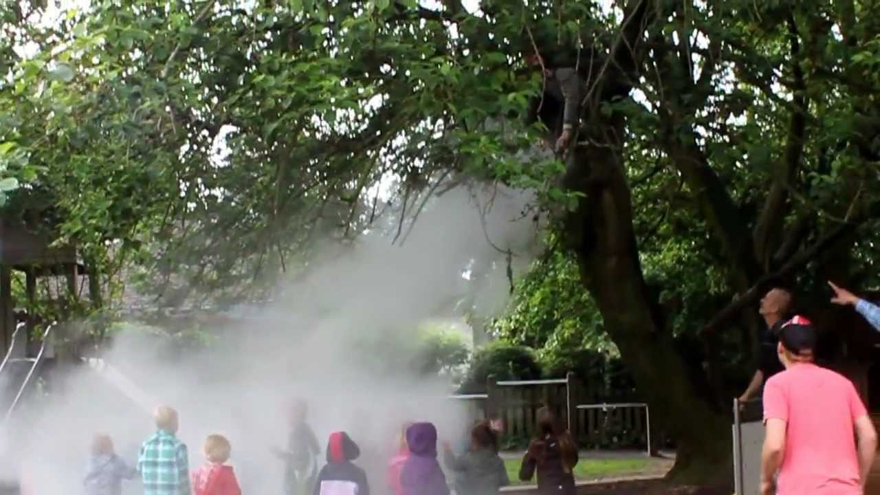 Brumisateur De Brouillard D'eau Dans Un Jardin D'enfant ... serapportantà Brumisateur Jardin