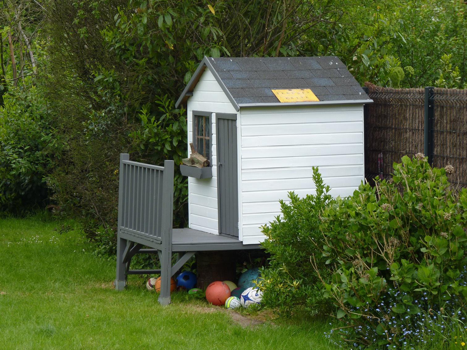 Cabane En Bois Pour Enfant Sur Pilotis Peinte En Gris Taupe ... avec Peinture Abri De Jardin
