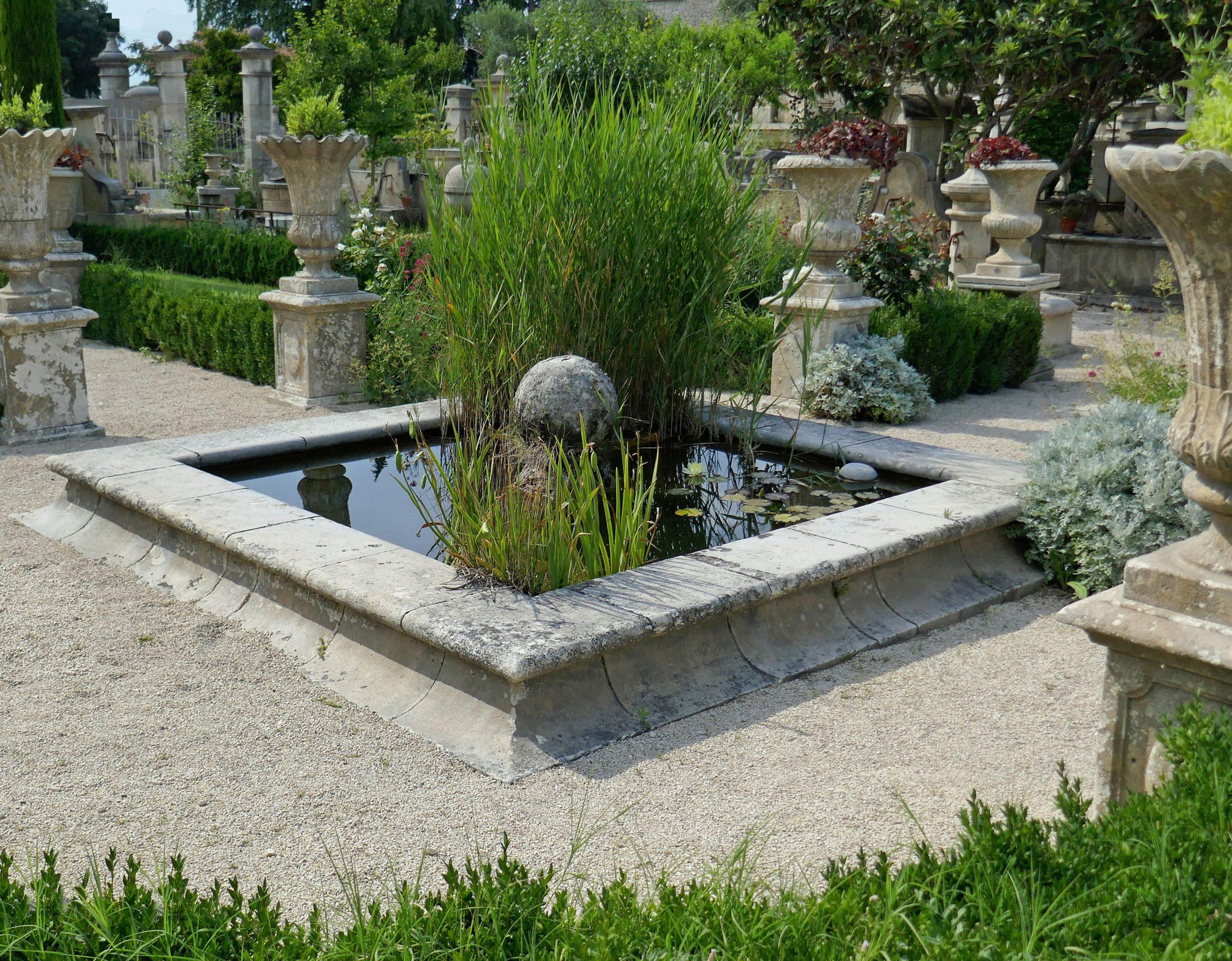 Ce Bassin En Pierre (L 3M X P 3M X H 30Cm) Comprend Un ... intérieur Grosse Pierre Decoration Jardin