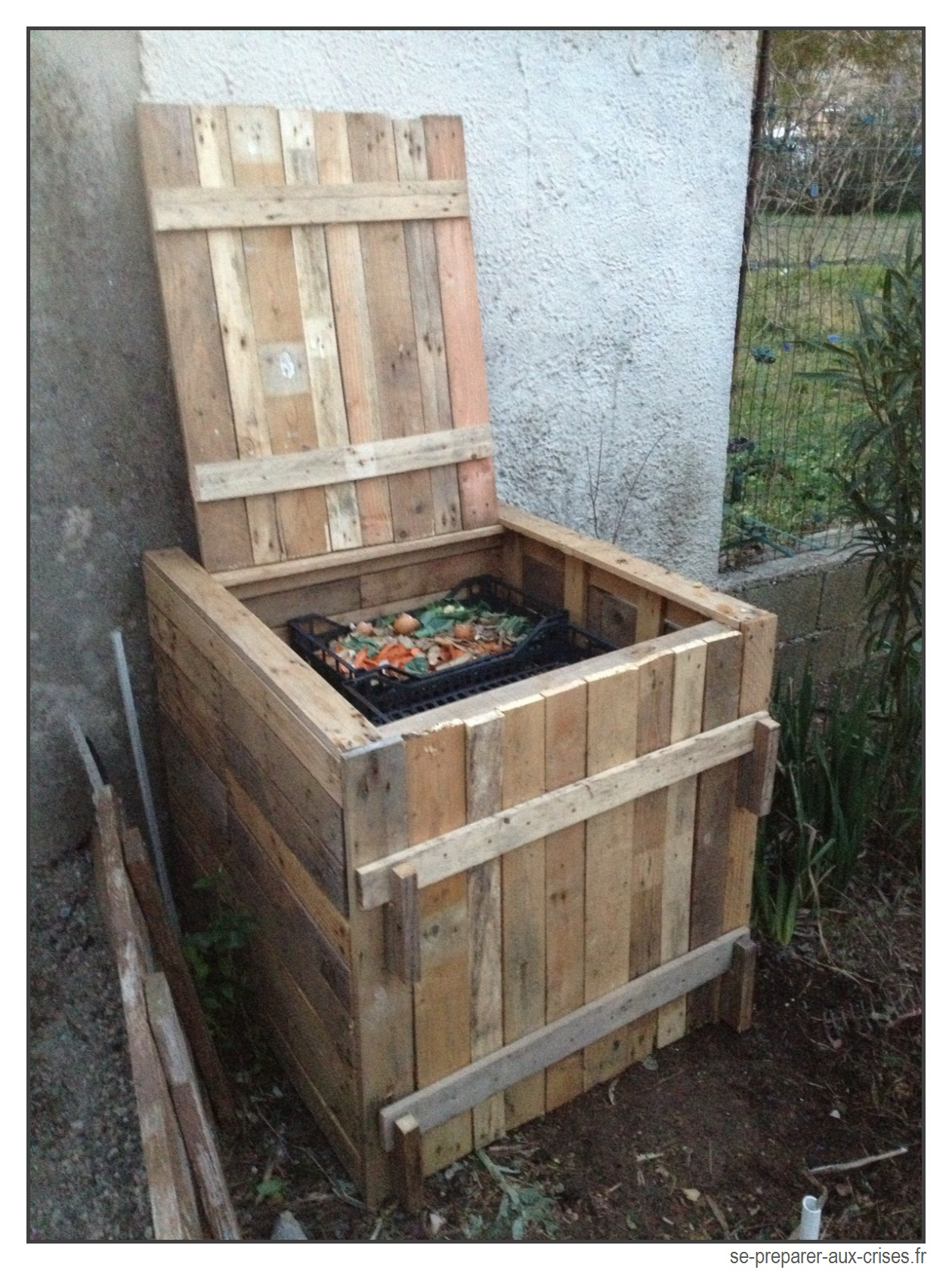Construire Un Composteur Gratuit En Bois De Palette | Se ... à Composteur De Jardin