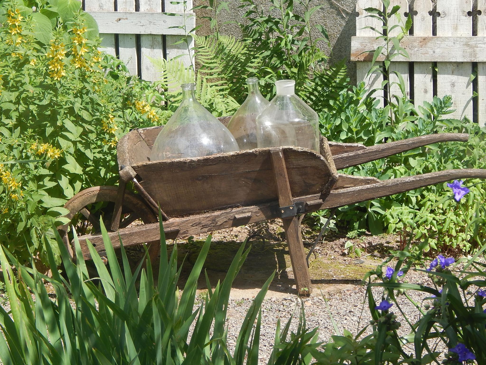 Décos Extérieures..... - A La Jonchére Saint Maurice intérieur Brouette Deco Jardin