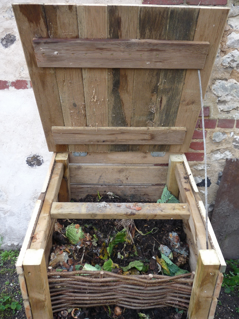 Faire Son Compost Pour Le Potager En Carrés pour Composteur De Jardin