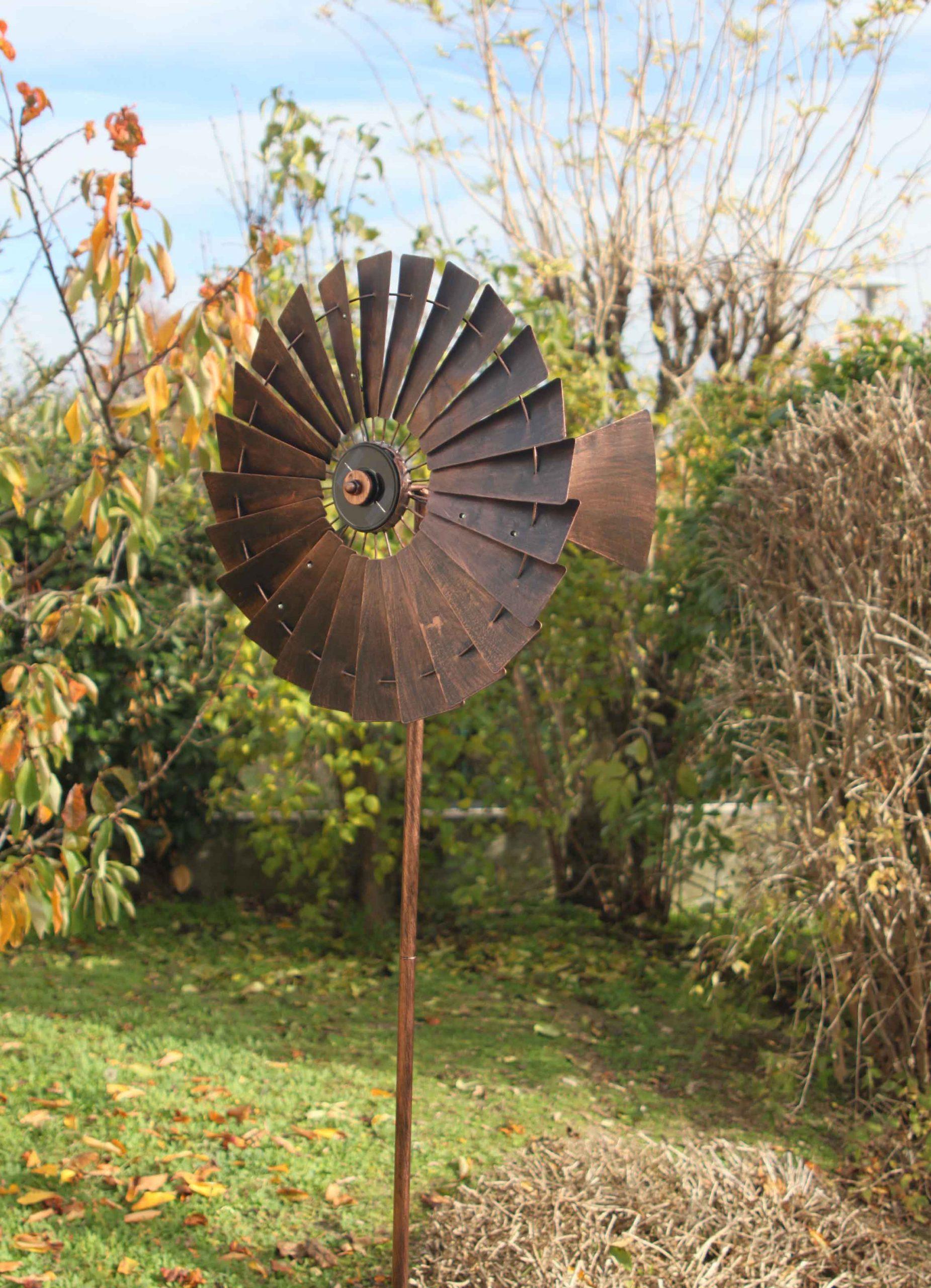 Girouettes Et Éoliennes Qui Tournent Au Vent serapportantà Girouette De Jardin