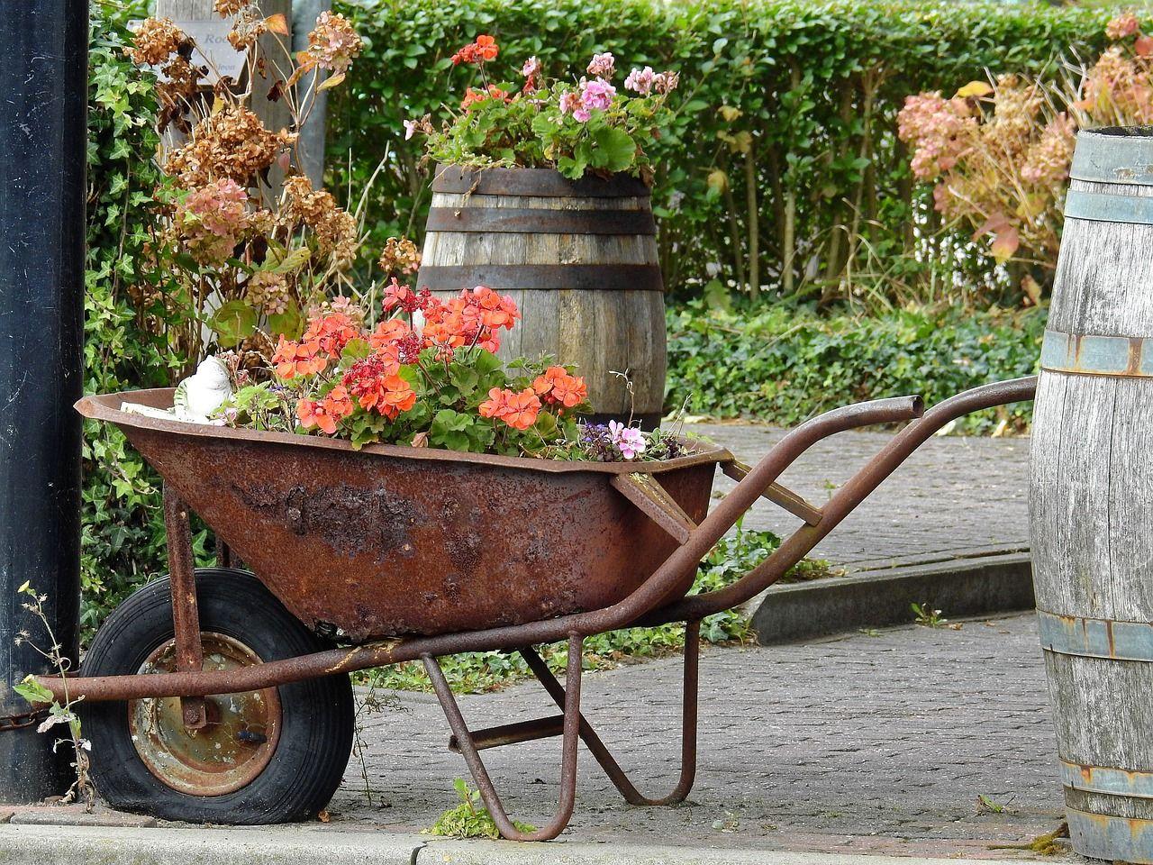 Instillez Un Esprit Factory Fleuri À Votre Jardin Avec Cette ... intérieur Brouette Deco Jardin