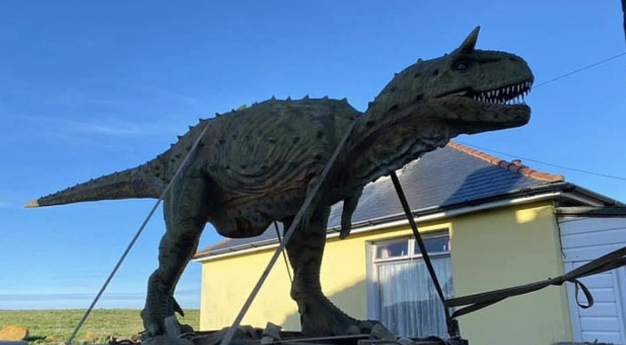 Pour L'anniversaire De Son Fils, Un Papa Achète Par Erreur Un Dinosaure De  6M De Long tout Statues De Jardin Occasion