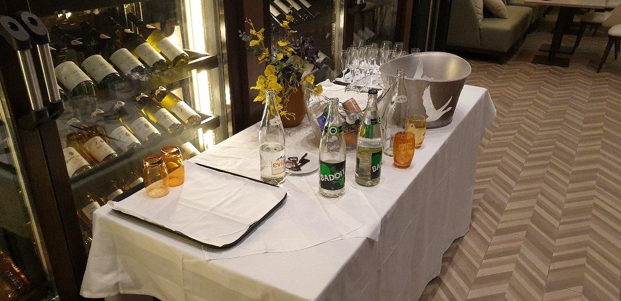 Table Bistrot Haute Génial Hilton Evian Les Bains Hotel ... concernant Salon De Jardin Table Haute