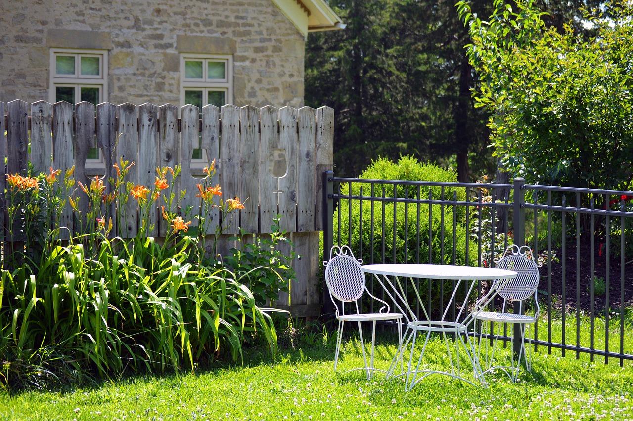 Une Clôture Pvc En Kit Pour Votre Jardin tout Clotures De Jardin