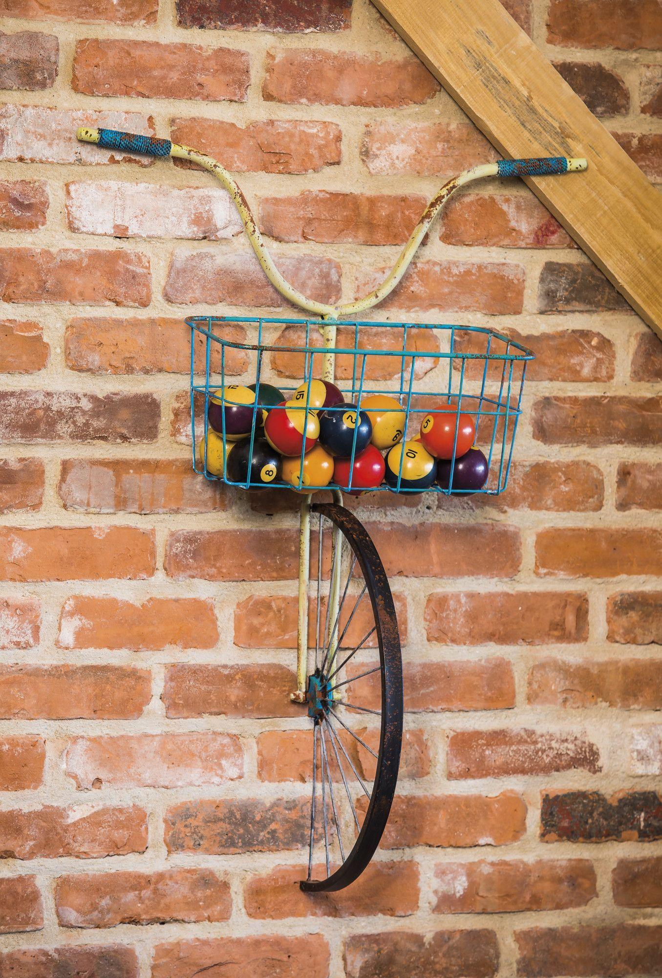Une Étagère Originale Avec Une Fourche De Vélo Et Un Panier ... concernant Velo Deco Jardin
