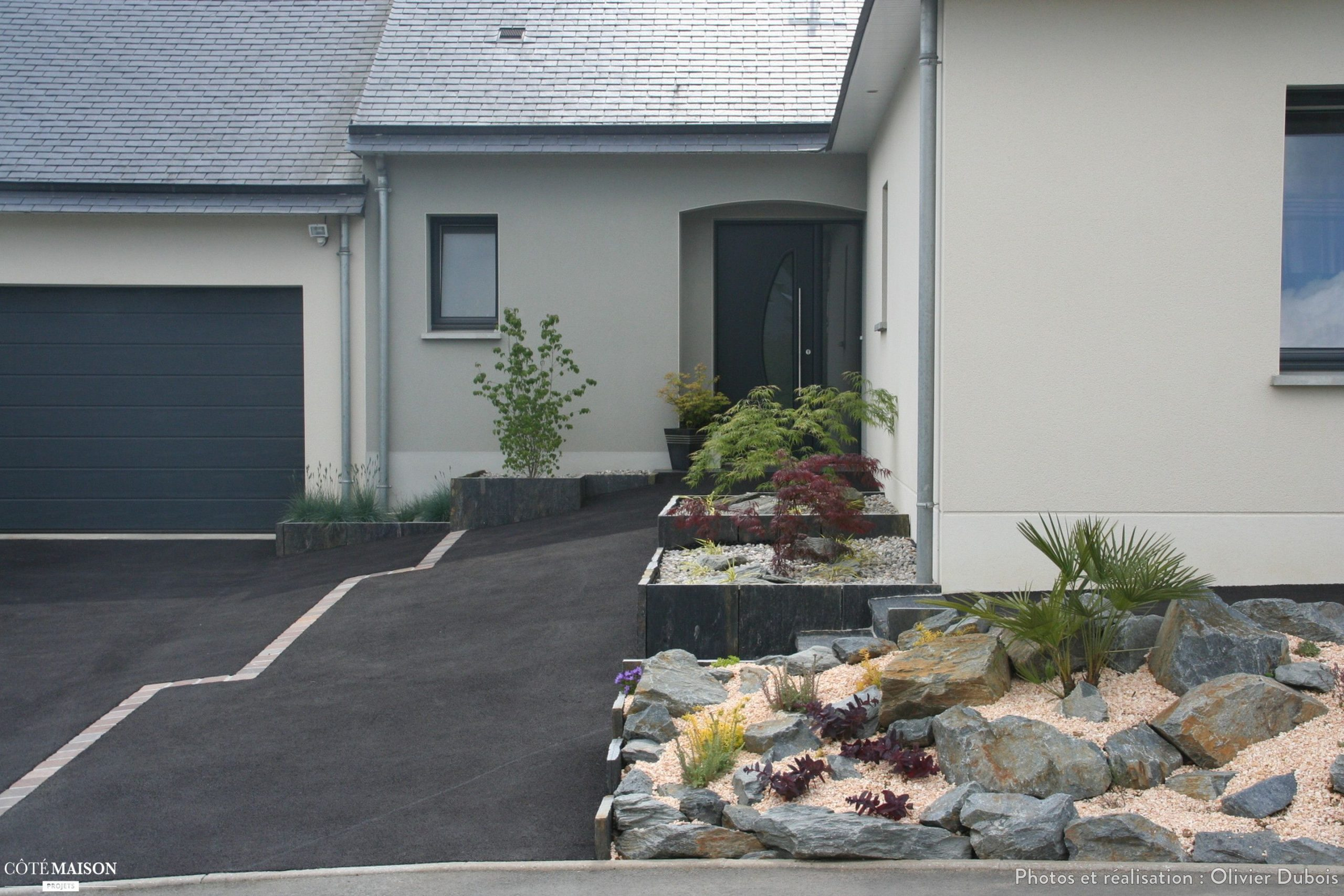 Création D'une Zone Parking Et Des Parterres À L'entrée ... avec Parterre Devant Maison Moderne