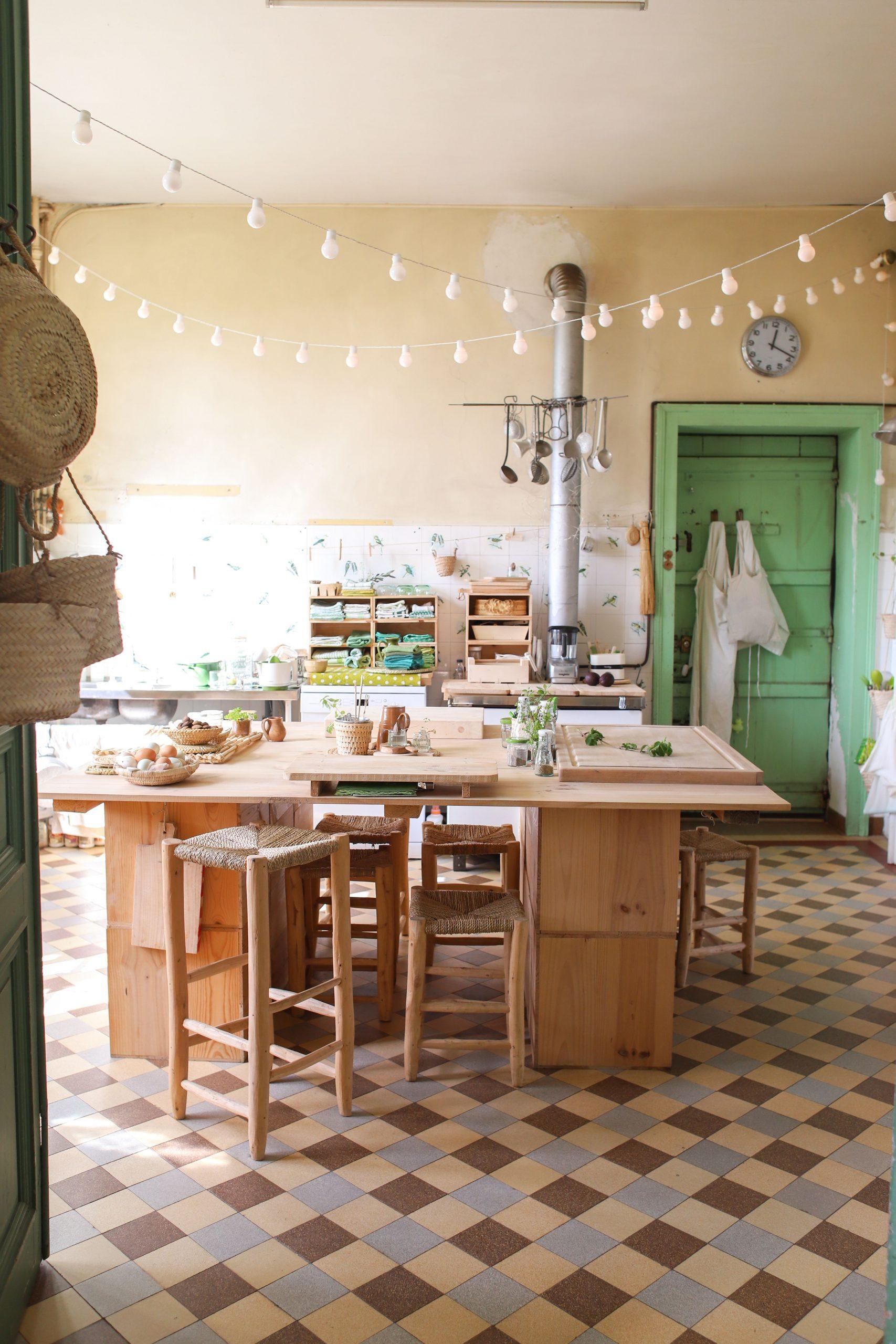Cuisine Vintage Au Château De Dirac : Guirlande De ... destiné Carrelage Ancien Cuisine