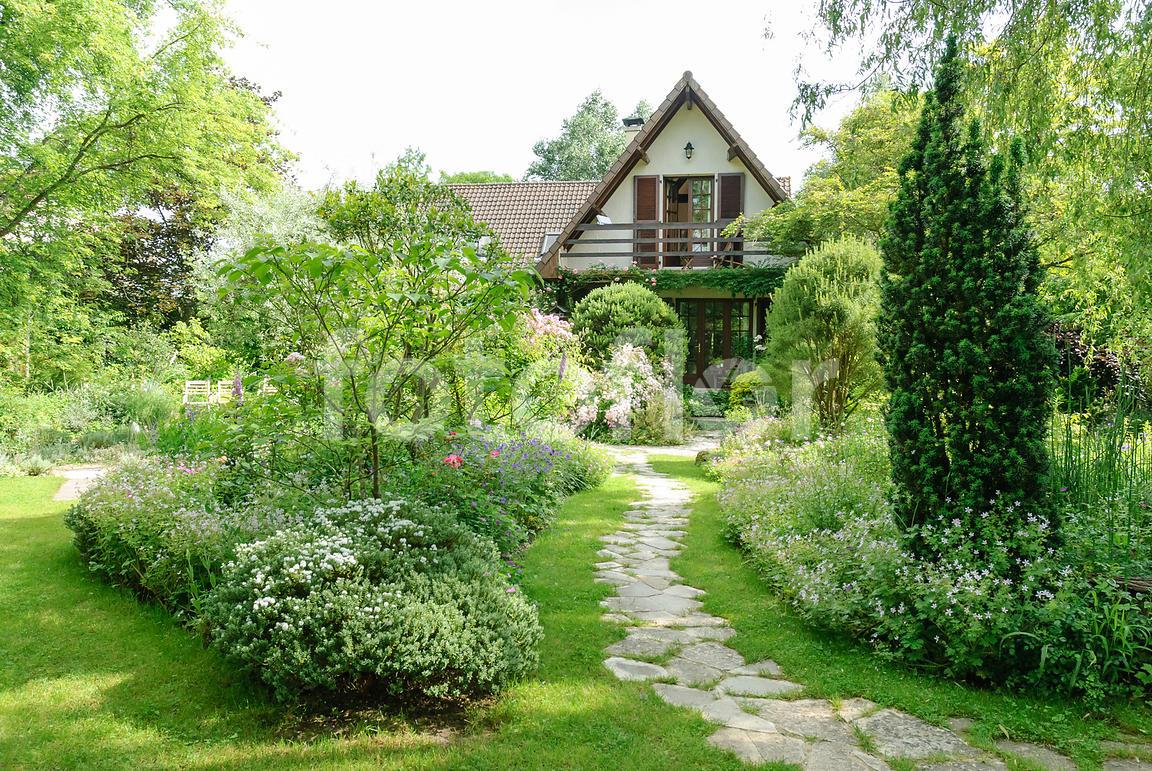Photo De Scène De Jardin Devant Maison - Fotoflor - Grand ... à Jardin Devant Maison
