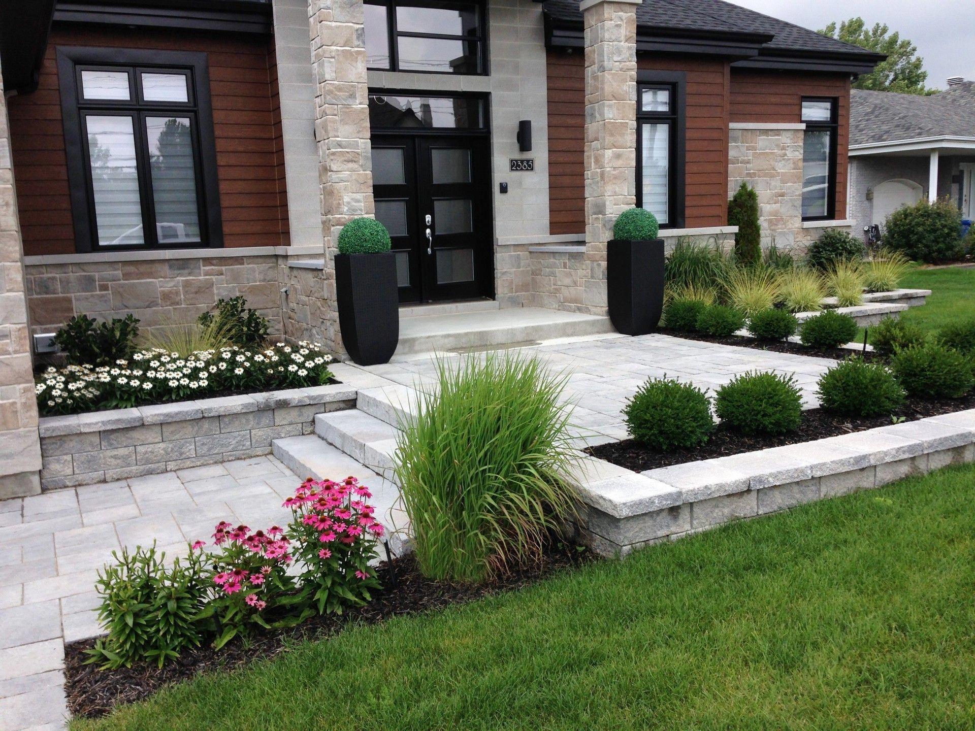 Solid Advice For Landscaping Around Your Home   Aménagement ... dedans Parterre Devant Maison Moderne