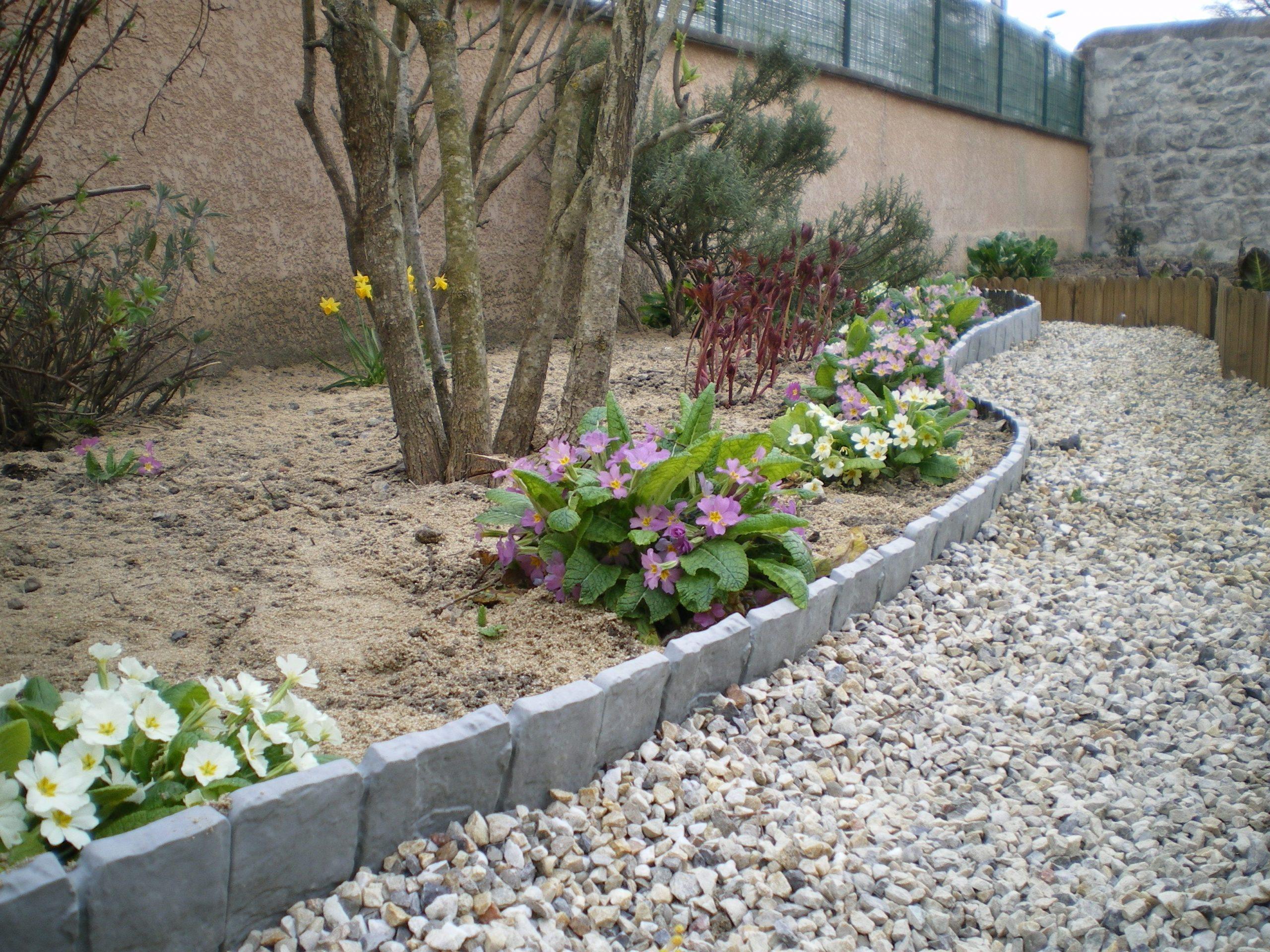 Délimitez Vos Allées De #jardin Avec De Belles Bordurettes ... concernant Bordure Jardin Imitation Pierre