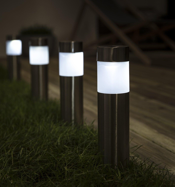 La Lampe Solaire Illumine Votre Jardin | Leroy Merlin destiné Bornes Solaires Jardin