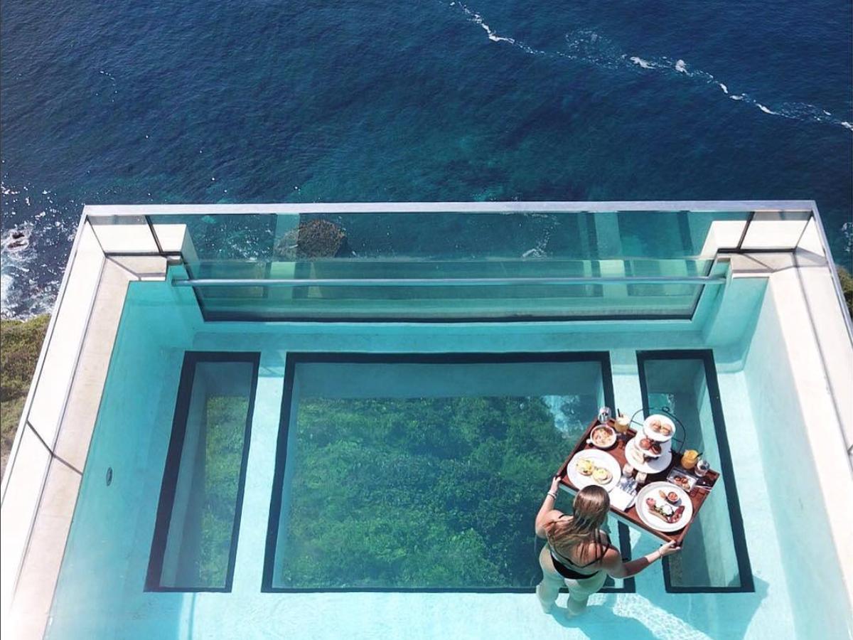 La Piscine La Plus Dingue Du Monde Se Trouve À Bali Et Nous ... pour Piscine Suspendue