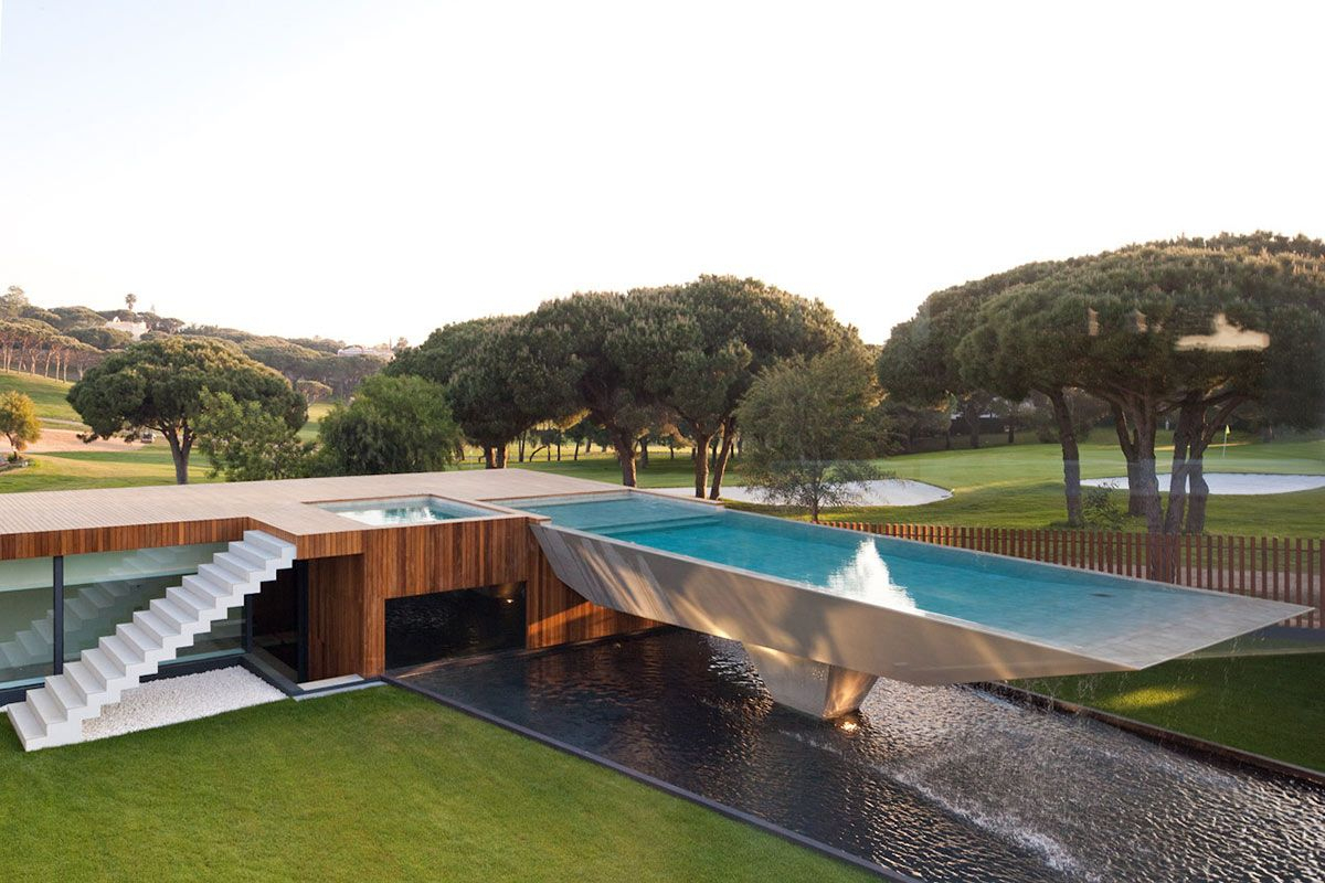 Luxushaus Mit Einem Einzigartigen Verschobenen Pool #einem ... destiné Piscine Suspendue