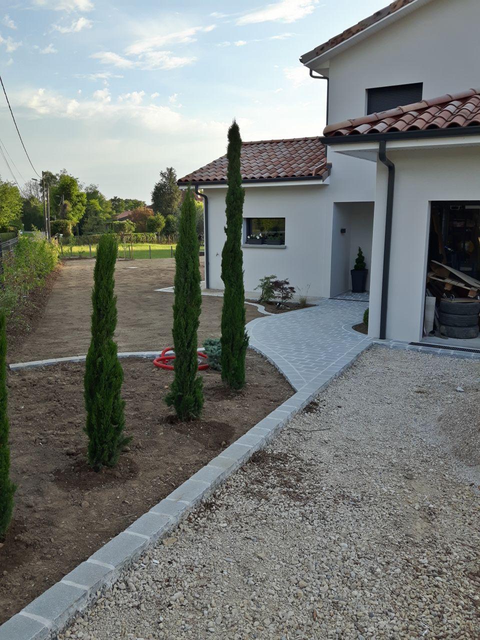 Massif | Aménagement Jardin Devant Maison, Entree De Maison ... tout Massif Moderne Devant Maison