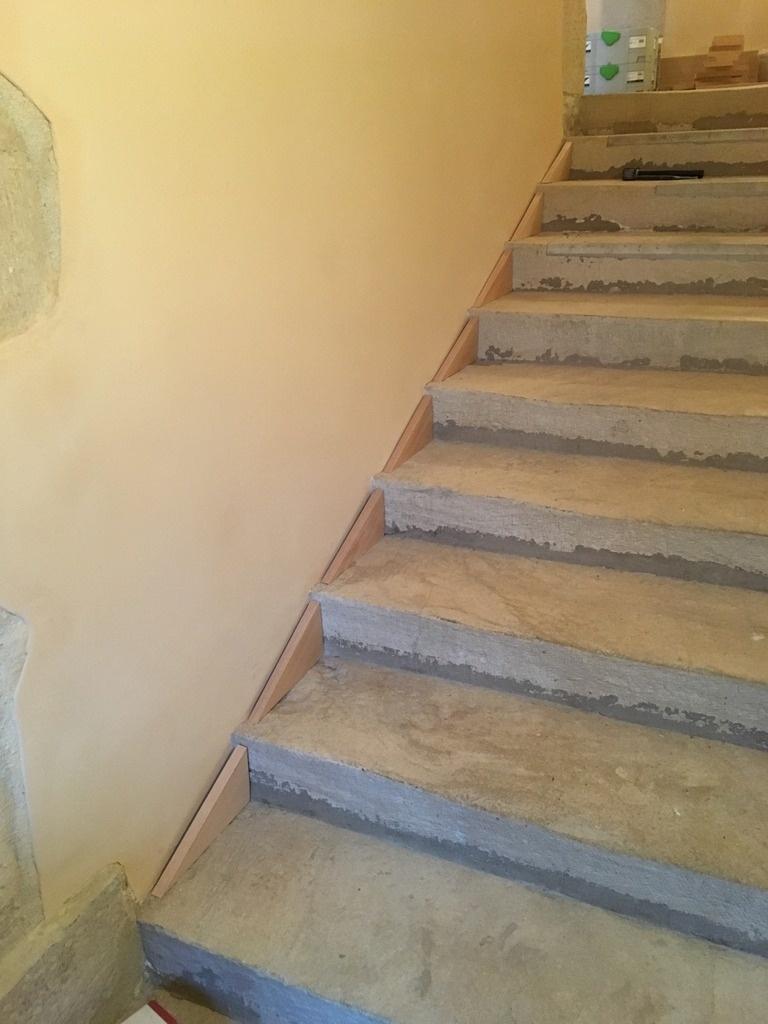 Pas À Pas] Pose D'une Plinthe En Chêne Dans Un Escalier En ... avec Plinthe Carrelage Escalier