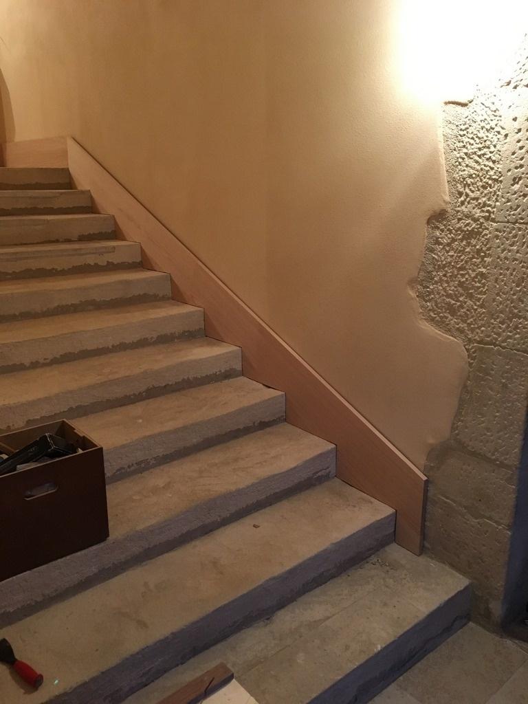 Pas À Pas] Pose D'une Plinthe En Chêne Dans Un Escalier En ... tout Plinthe Carrelage Escalier