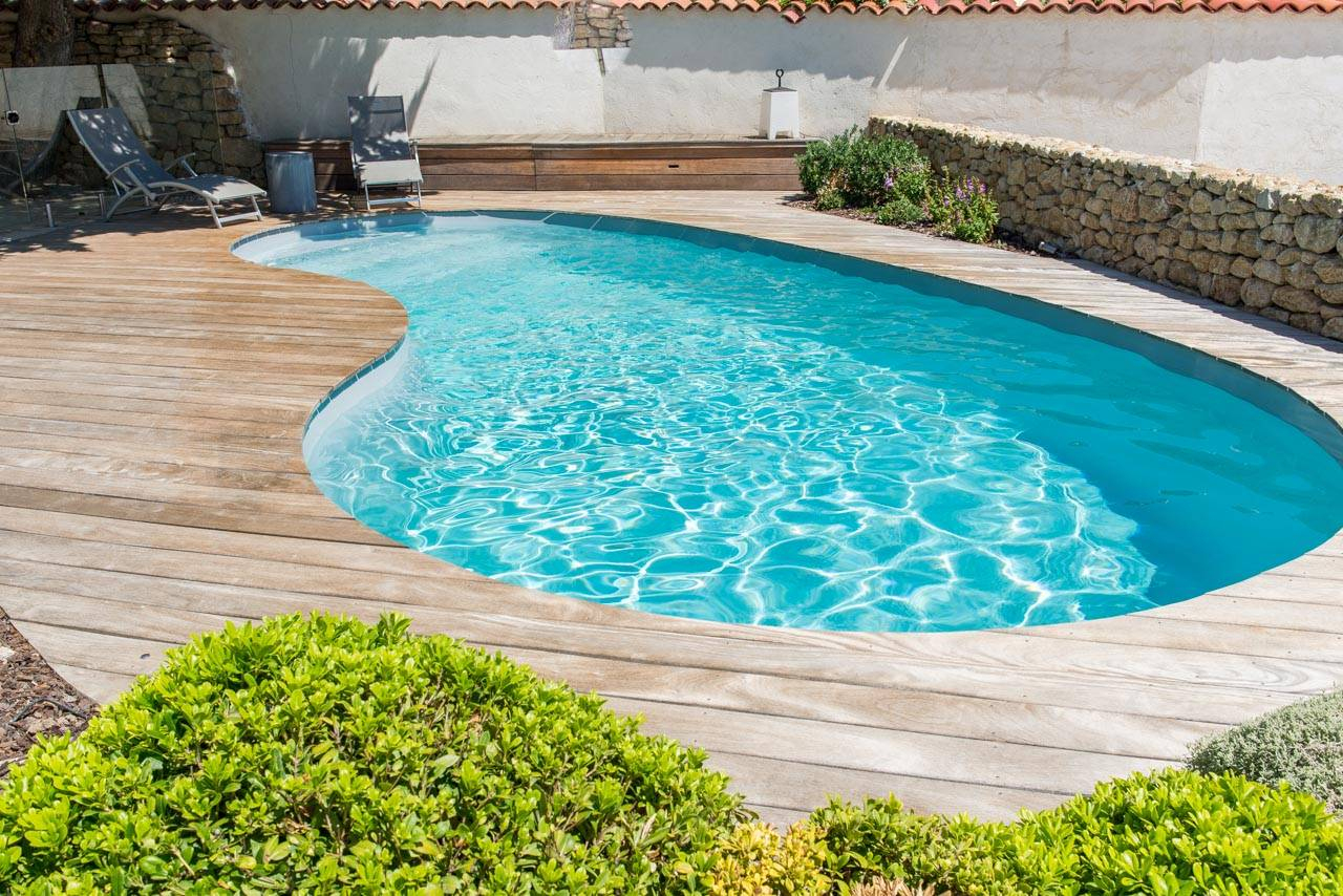 Piscine Coque Polyester Forme Haricot A Fond Plat Modele ... à Piscine Coque Forme Haricot