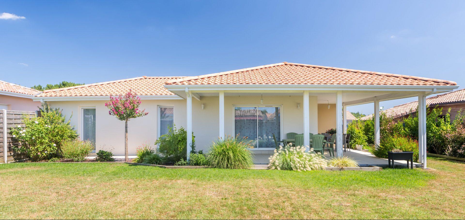 Une Maison Entourée D'une Vaste Terrasse D'angle Couverte ... à Maison Avec Terrasse Couverte