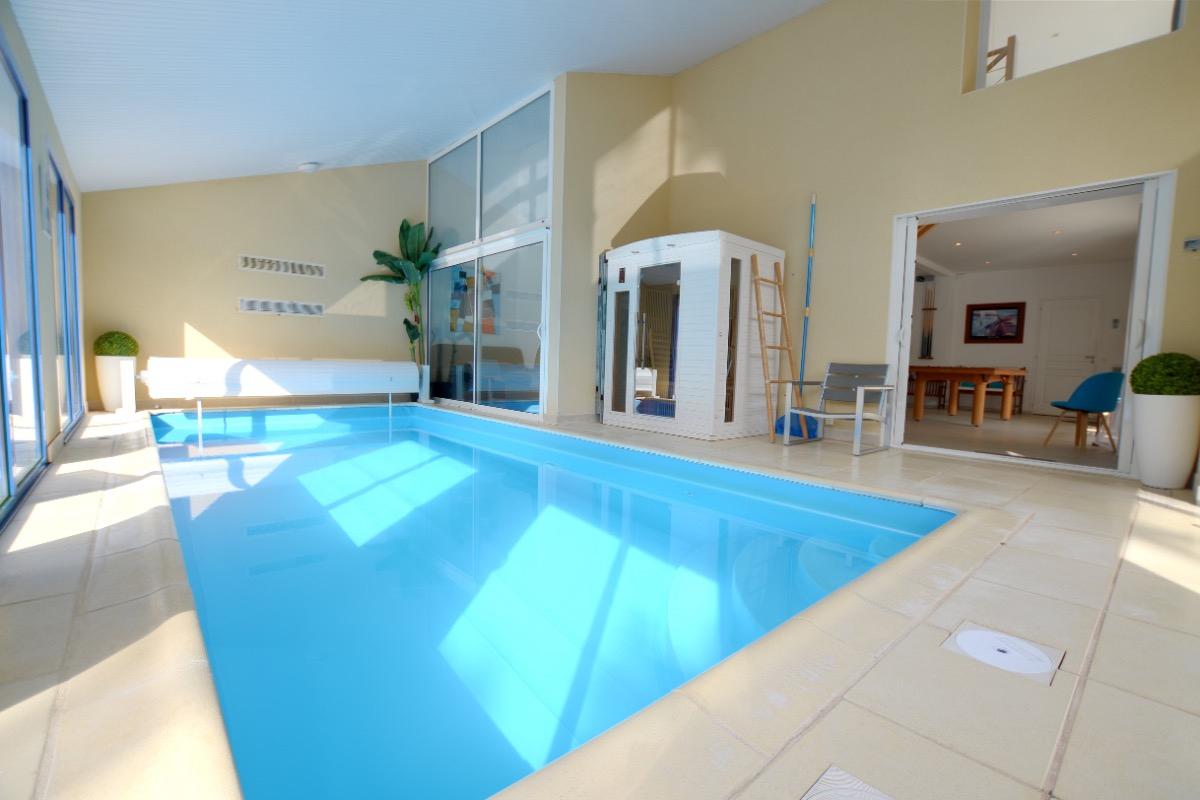 Villa Avec Piscine Intérieure Pour 12 Personnes À 30M De La ... pour Location Avec Piscine Couverte