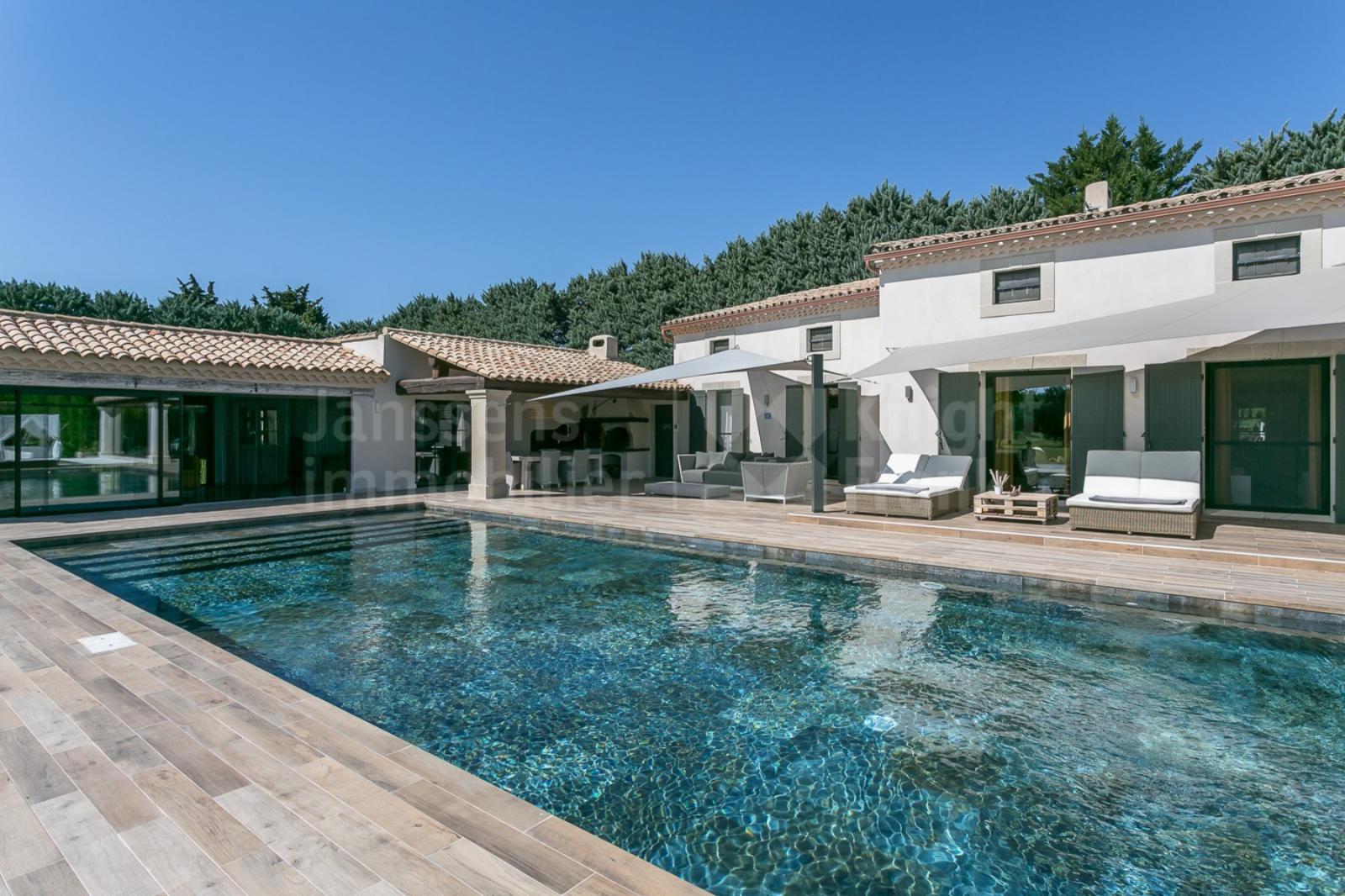 Villa Contemporaine Avec Piscine À Vendre Dans La Plaine De ... serapportantà Maison A Vendre Avec Piscine