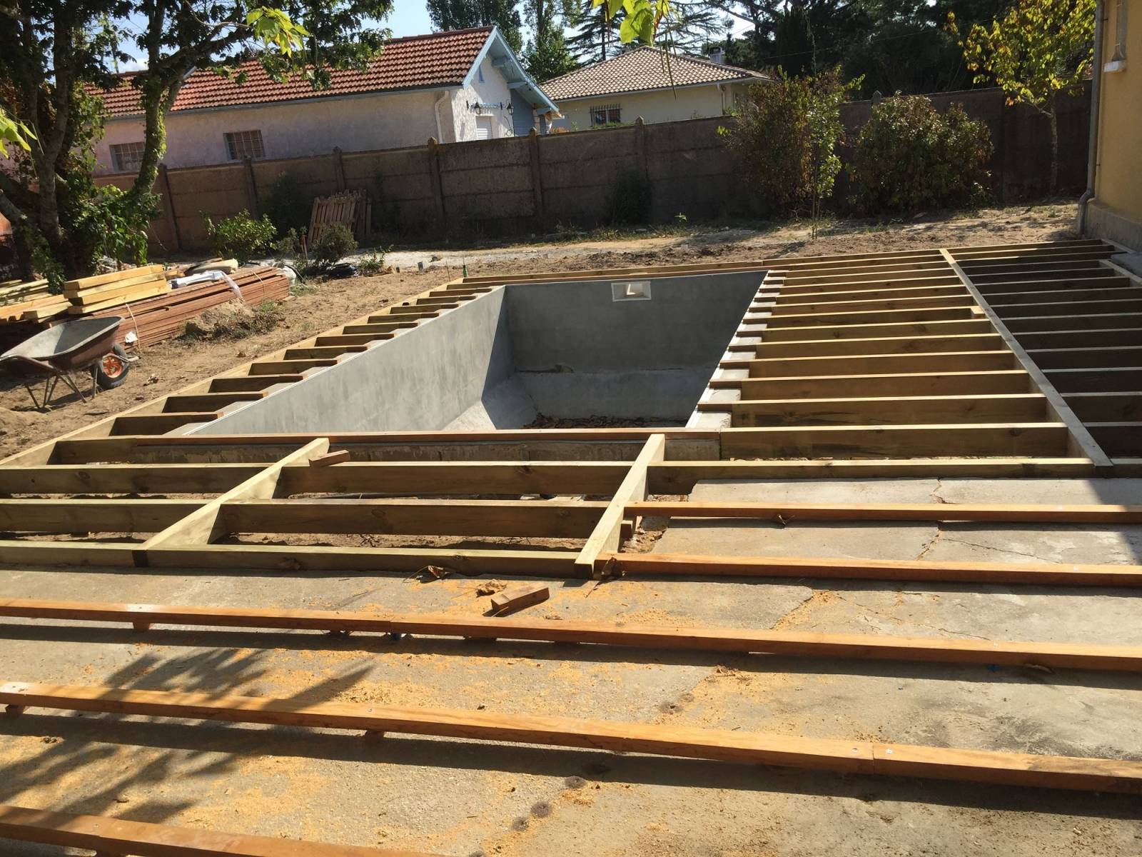 Construction De Terrasse Bois Exotique Piscine À Gujan ... concernant Terrasse Bois A Derouler