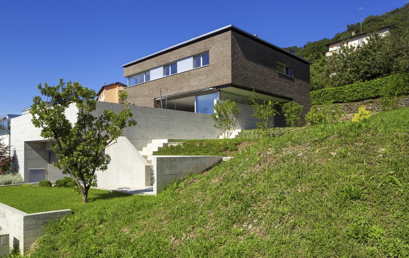 Construire Sur Un Terrain En Pente : Ce Qu'Il Faut Savoir encequiconcerne Maisons Design En Pente
