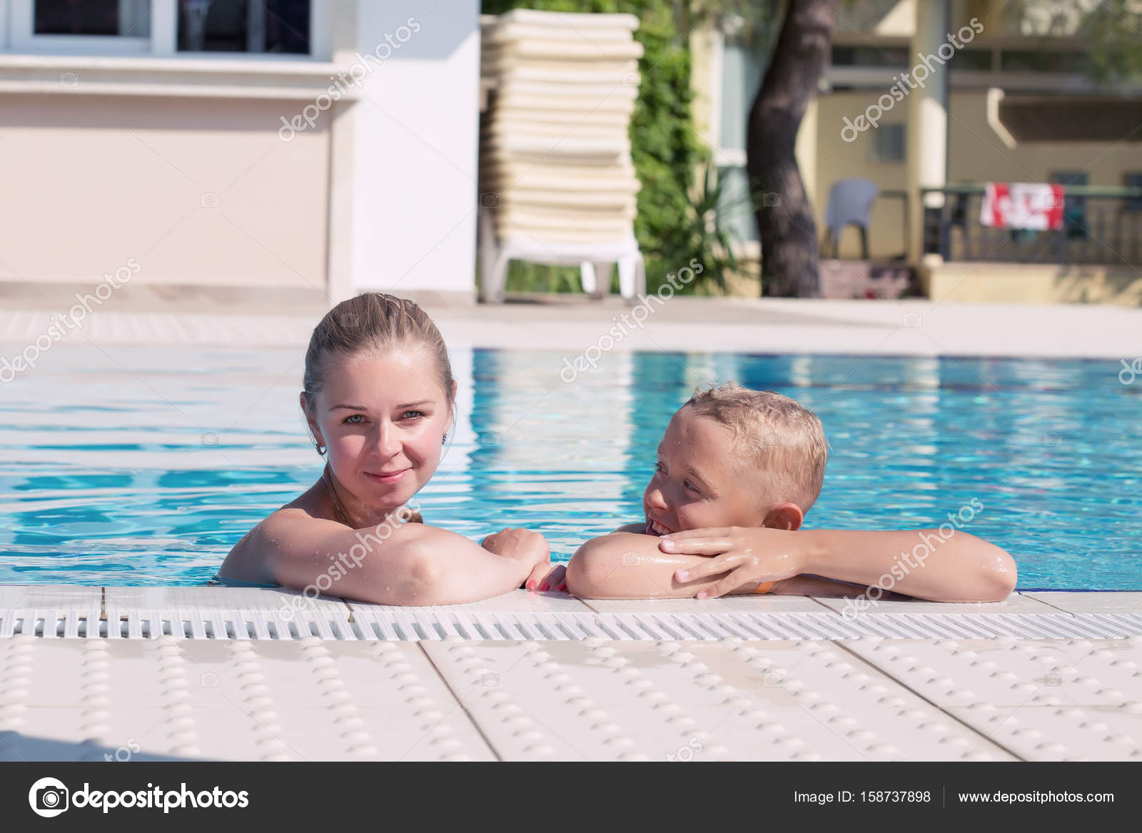 Mother And Son Have Fun By A Swimming Pool 158737898 avec Piscine O'Bya
