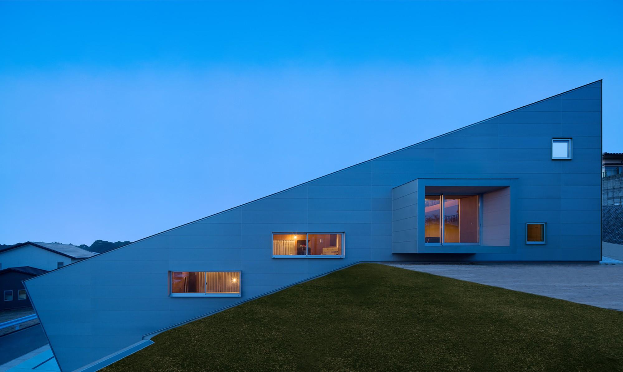 Une Maison Qui Épouse La Pente Par Matsuyama Architect ... intérieur Maisons Design En Pente