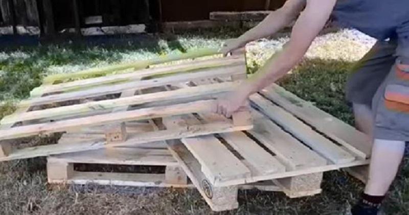 Il Fabrique Un Canapé Pour Son Jardin Avec 3 Palettes De ... concernant Fabriquer Un Canapé Avec Un Matelas