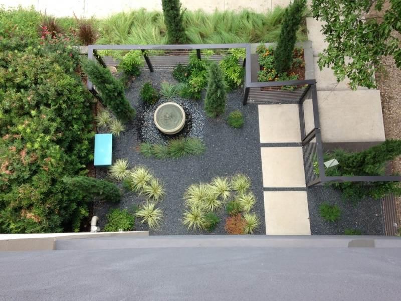 Jardin Moderne Avec Du Gravier Décoratif, Galets Et Plantes à Parterre Gravier
