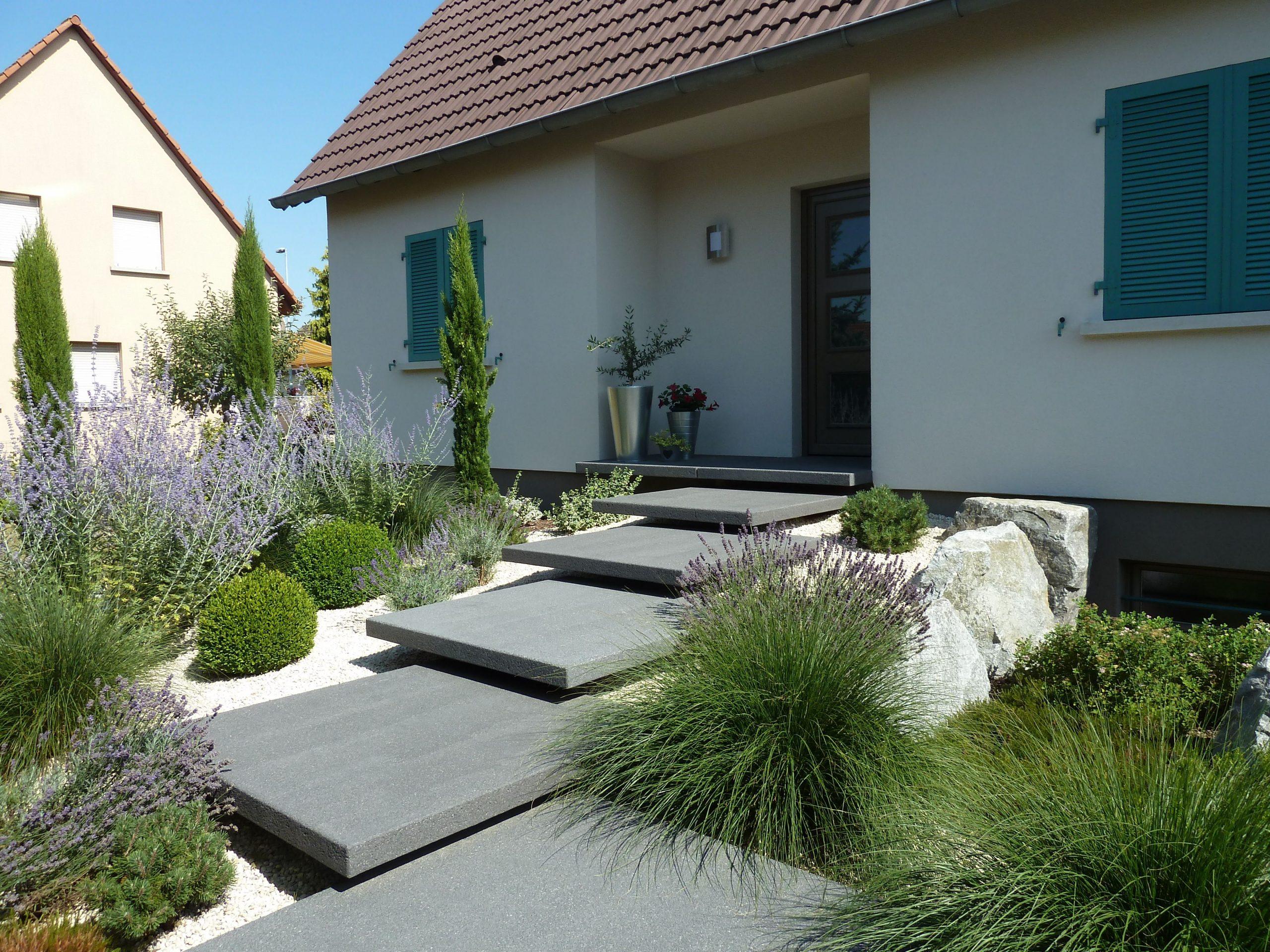 Légèreté Et Élégance Caractérisent Cet Escalier D'Entrée ... tout Jardin Devant Maison Moderne