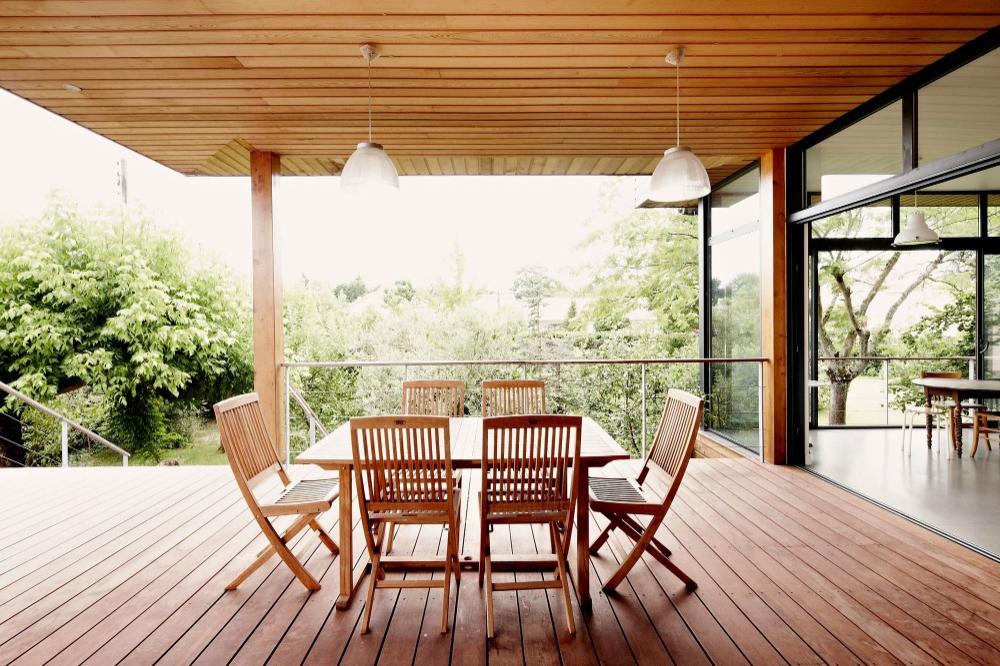 Terrasse Couverte Avec Pergola, Canisse, Voile | Maison ... avec Terrasse Couverte Avec Poteaux Beton